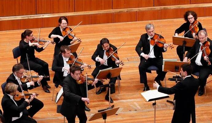 Zusammen mit dem Südwestdeutschen Kammerorchester unter der Leitung von Timo Handschuh zeigt der Solist Kristof Baráti, welche Energie in Bachs Musik auch heute noch steckt. Foto: Ketterl