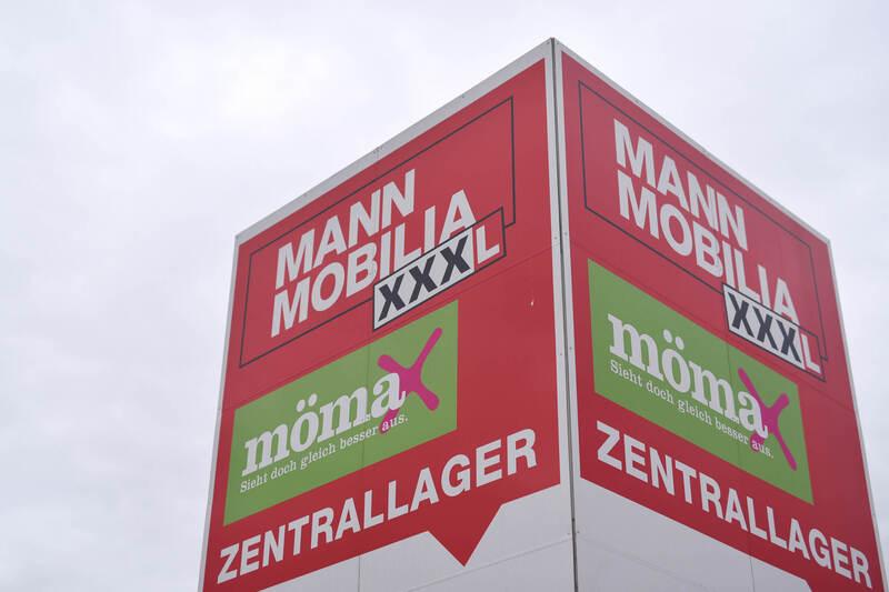 streik vor der m belhauskette xxxl in mannheim foto. Black Bedroom Furniture Sets. Home Design Ideas