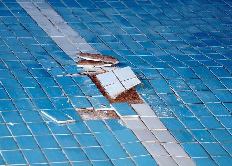 Birkenfeld schwimmbad uhland schule fliesen kaputt foto for Schwimmbad billig
