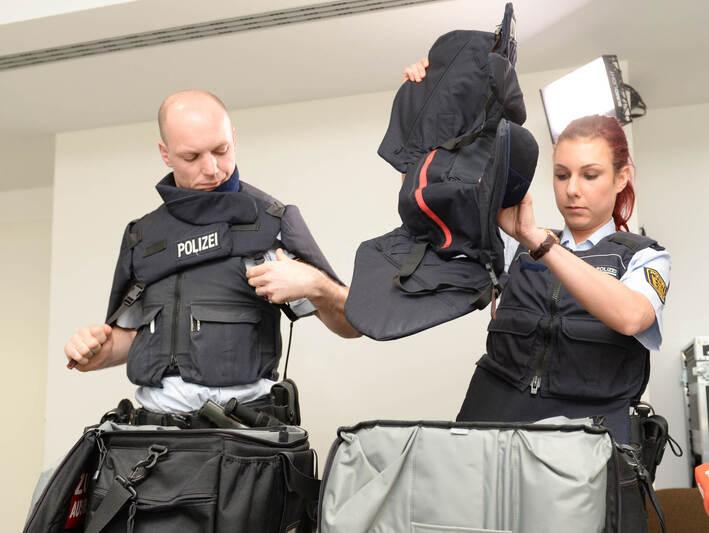 b9fc6ec6a192c Neue Austattung für Baden-Württembergische Polizei - Foto - Pforzheimer  Zeitung