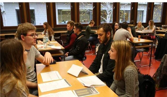 Speed-Dating: Die Marketing-Studenten Florina Baumgartner und Oskar Komorski informieren David Bähser und Steffi Ziegel aus Sindelfingen (von links).