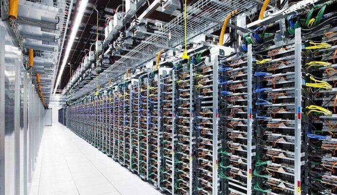 Energiehungrig: Server-Reihen im Google-Datenzentrum in Pryor, Oklahoma. Foto: Google