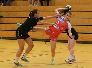 Durchsetzungsvermögen war auch bei den jungen Spielerinnen wie Britta Miltner (am Ball) gegen Heidelsheim/Helmsheim gefragt. Foto: Ripberger
