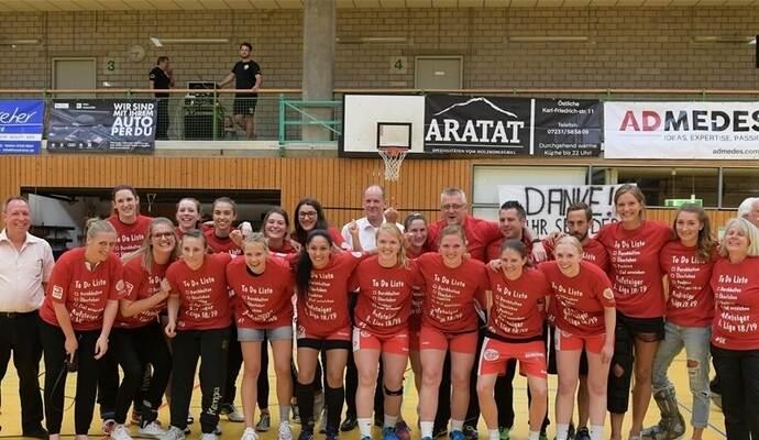Durchhalten, Überleben, Punkten, Ziel erreichen – die To-Do-Liste (siehe Aufstieg-Shirts) wurde von den TG-88-Handballerinnen in der Oberliga erfolgreich abgearbeitet. Fotos: Ripberger, TG 88 (2)