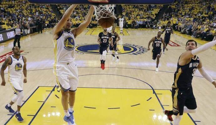 Klay Thompson von den Golden State Warriors beim Dunking. Foto: Marcio Jose Sanchez/AP