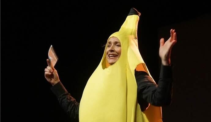 So ein Ganzkörper-Bananenanzug, wie Mirjam Woggon ihn trägt, sollte doch allemal eine Rettungsweste wert sein. Foto: Roller