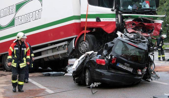 Geisterfahrer Stirbt Nach Kollision Mit Lastwagen