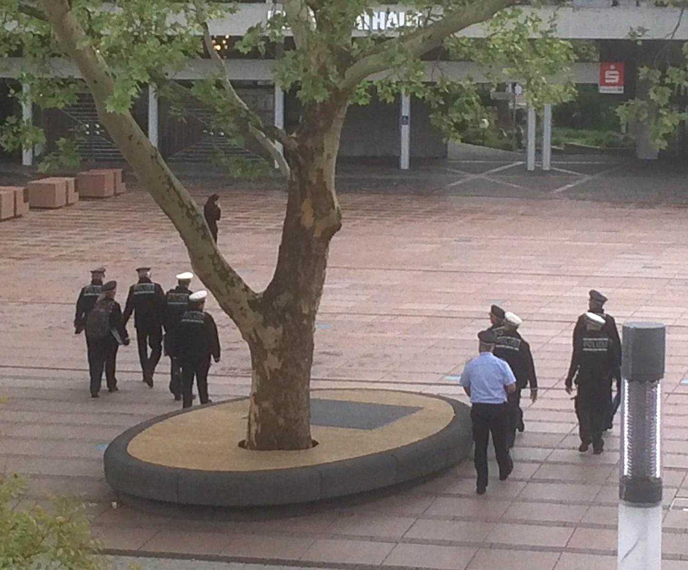 Die Polizei auf dem Weg zur Lagebesprechung im Neuen Rathaus Pforzheim. Für den 11. Mai sollen über 1000 Beamte im Einsatz sein.