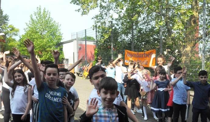 Bereiten sich auf den Cupsong an der 60 Jahre alt gewordenen Südstadtschule vor: die Klassen 4 a und 4 b vor der Sporthalle. Foto: Frommer