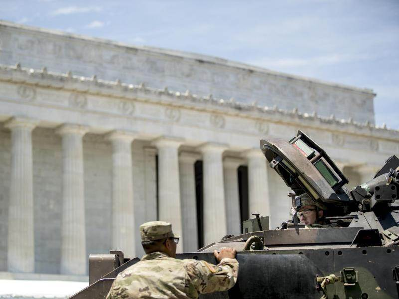 Bradley-Panzer in der Nähe des Lincoln Memorial in Washington. Foto: Andrew Harnik/AP
