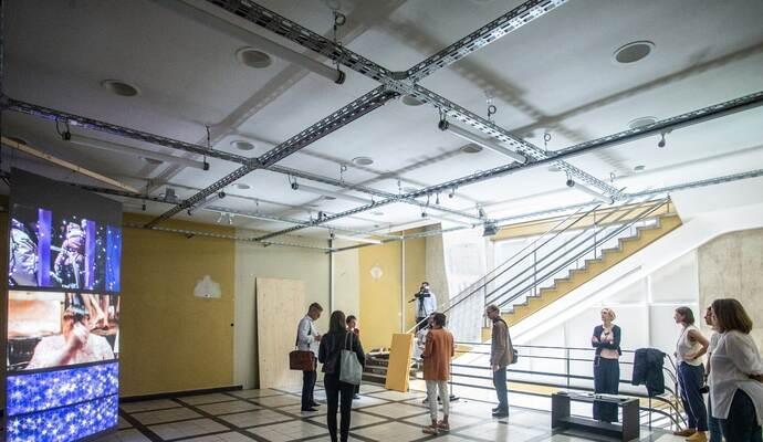 """Neue Ausstellung """"Risikogruppen"""" in Pforzheim eröffnet: Dokumentarfilmerin hinterfragt brisante Themen"""