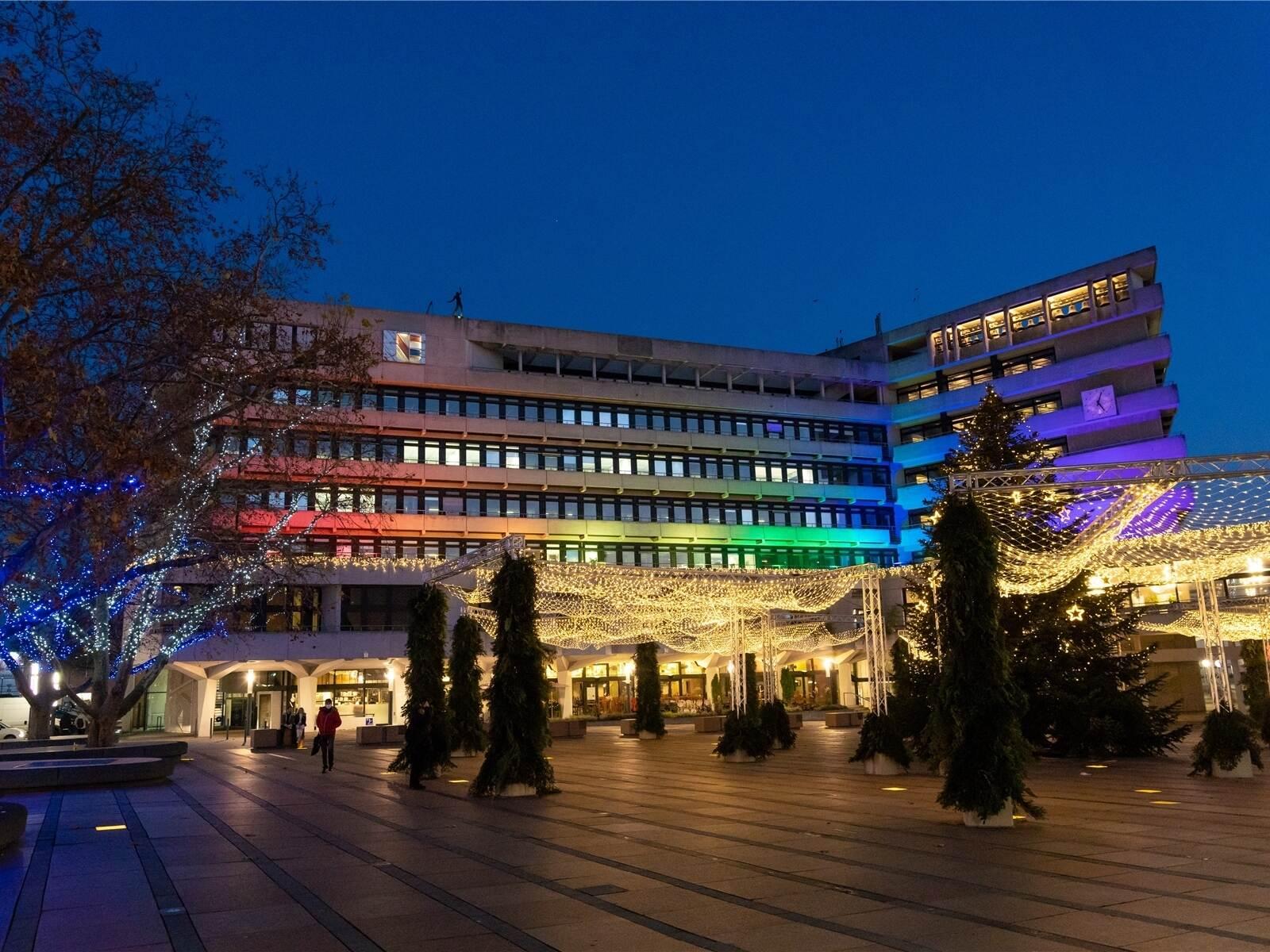Solidarität: Darum leuchtete das Rathaus in Pforzheim bunt...