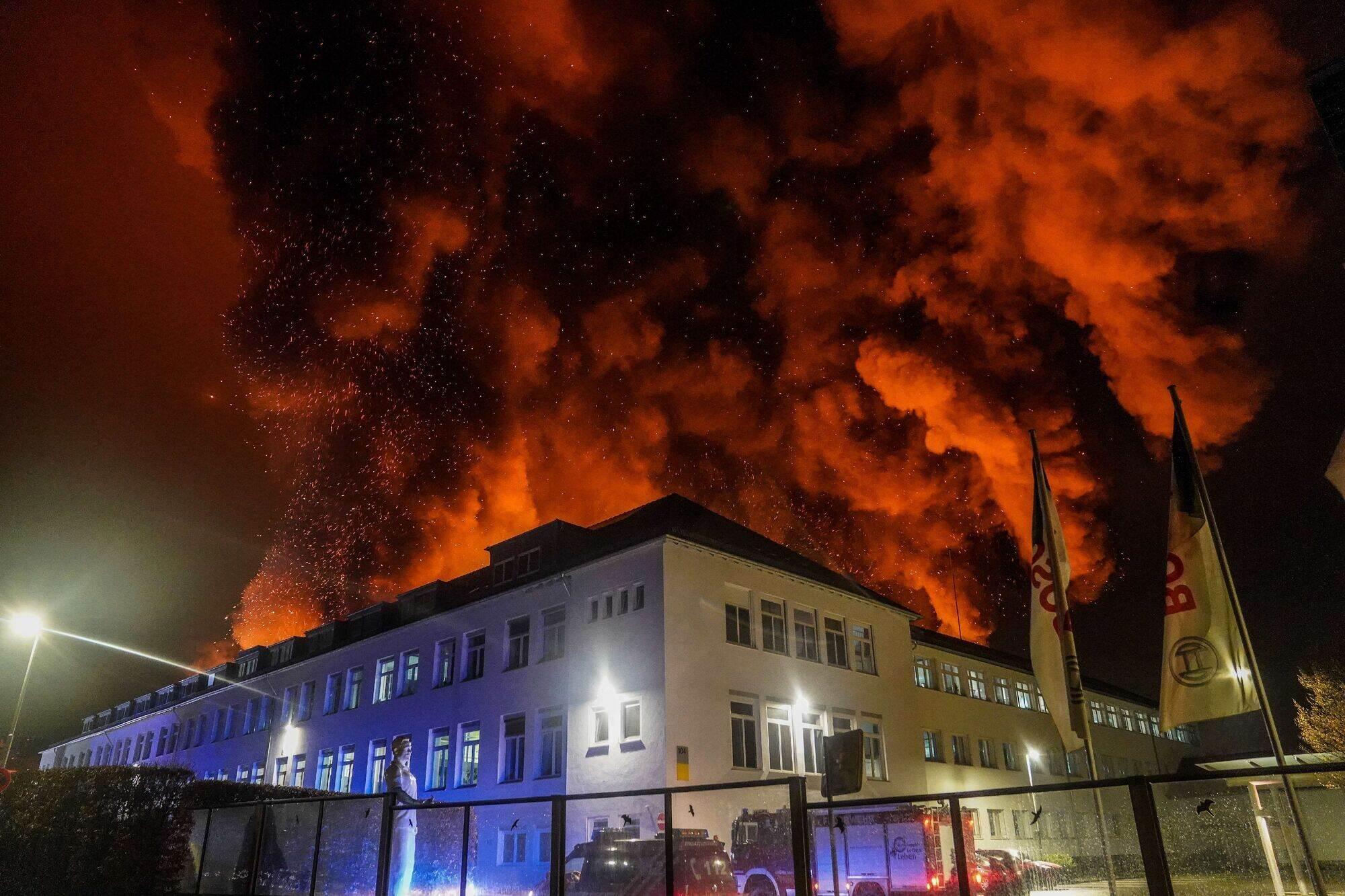 Bosch-Halle steht in Flammen - Schaden in Millionenhöhe ...