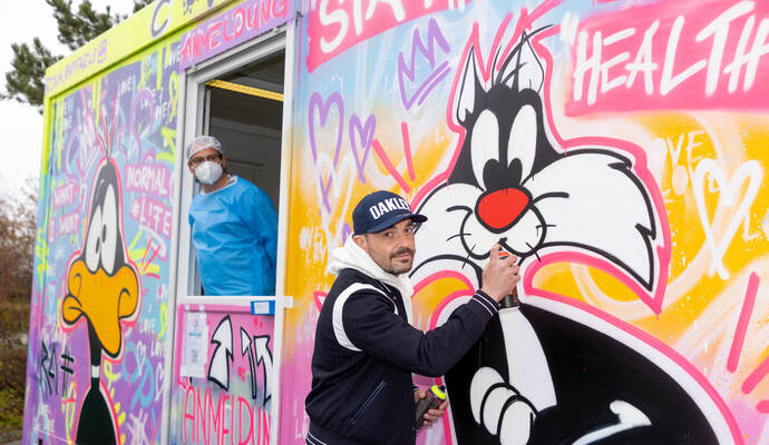 Bunte Farben gegen den Corona-Blues: Künstler macht Testcontainer zum echten Hingucker