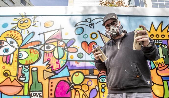 Er sprüht positive Energie: Künstler David Tollmann gestaltet Testcontainer am Pforzheimer Marktplatz