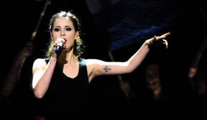 "Bald wird Lena beim Eurovision Song Contest ihren Song ""Taken by a Stranger"" performen."